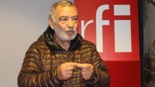 علی عرفان در استودیو بخش فارسی رادیو بینالمللی فرانسه