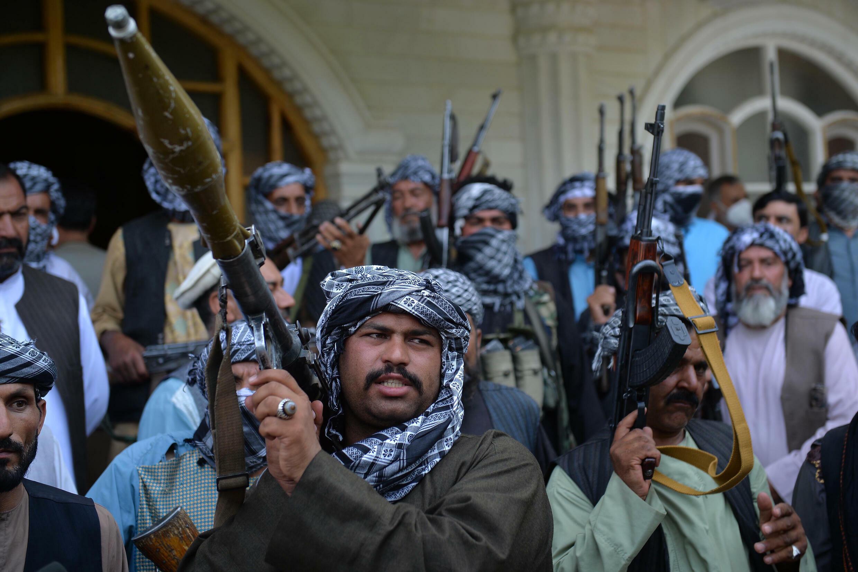 Milicianos armados se reúnen para apoyar a las fuerzas de seguridad afganas contra los talibanes, el 9 de julio de 2021 en casa del antiguo señor de la guerra Ismaíl Jan, en Herat, al este de Afganistán