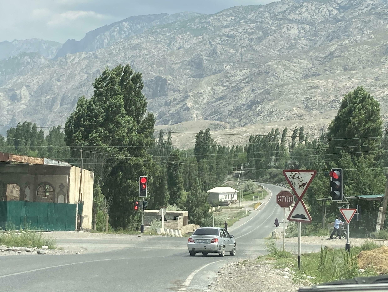 Перекресток таджикской дороги Исфара - Ворух и кыргызской дороги Баткен - Лейлек. Кыргызстан, май 2021 г.