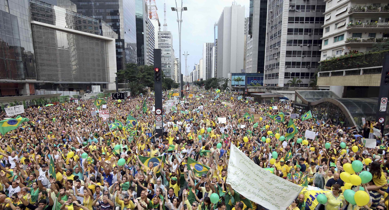 Plus d'un million de Brésiliens ont défilé sur l'avenue Paulista, au coeur de Sao Paulo, pour dénoncer le scandale de Petrobras et la politique de la présidente Dilma Rousseff.
