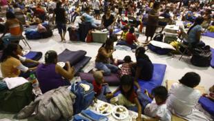 Numerosos evacuados de la ciudad de Matamoros en el estado de Tamaulipas ante la llegada del huracán Alex a las costas del Golfo de México.