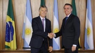 Los presidentes de Argentina y Brasil estrechan manos en el palacio presidencial de Planalto, Brasilia.