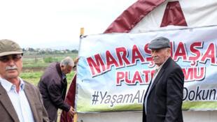 Les villageois de Sivridjé-Hüyük mobilisés contre la construction d'un camp de réfugiés.