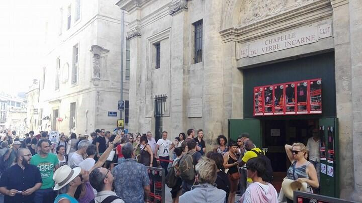 Avignon 2017. Bousculade devant la porte de la Chapelle de Verbe incarné.