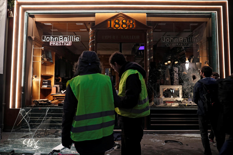 """Vitrines destruídas durante protestos dos """"coletes amarelos"""" em Paris."""