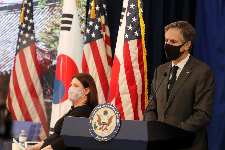Ngoại trưởng Mỹ Antony Blinken (P) nói chuyện với nhân viên sứ quán Mỹ ở Trung Tâm Hoa Kỳ Hàn Quốc, Seoul, ngày 17/03/2021
