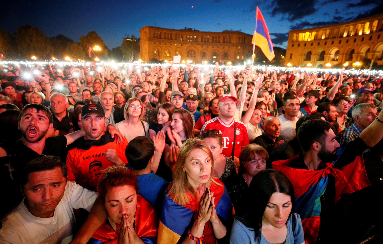 Десятки тысяч человек собрались на площади Республики в Ереване – здесь на двух больших экранах велась трансляция с заседания парламента.
