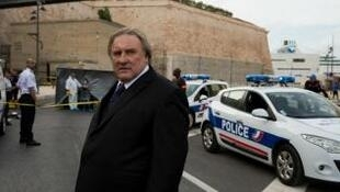 "Gérard Depardieu plays Robert Taro in the television series ""Marseille "", which premiered on Netflix in 2016"