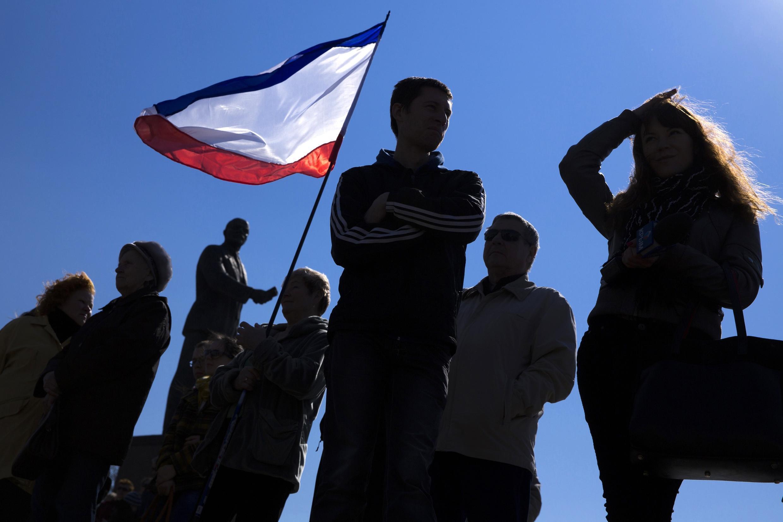 Manifestation en faveur du rattachement de la Crimée à la Russie, devant la statue de Lénine, à Simferopol, le samedi 15 mars 2014.