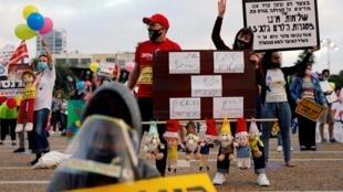 Des enseignants protestent le 30 avril 2020 à Tel Aviv sur la place Rabin contre le projet du gouvernement de rouvrir les jardins d'enfants et les écoles alors que la propagation du coronavirus se poursuit.