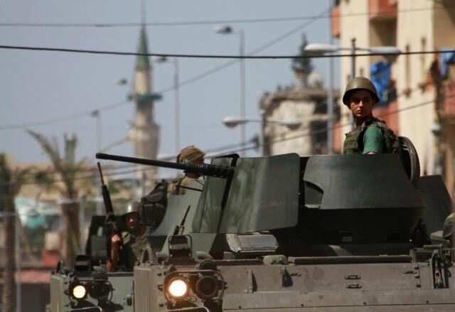Soldado libanês patrulha as ruas de Trípoli nesta segunda-feira, 27 de maio de 2013.