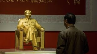 Tượng Mao Trạch Đông bằng vàng, kim cương và cẩm thạch được trưng bày tại Thâm Quyến, Quảng Đông ngày 13/12/2013.