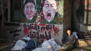 Manifestantes dormindo na praça Tahrir depois dos protestos contra o governo do presidente Mohamed Mursi na noite desta segunda-feira, 1° de julho de 2013.