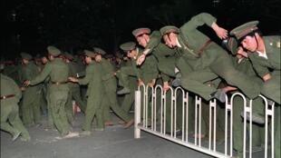 Ảnh tư liệu: Lính Trung Quốc vượt rào để vào trấn áp người biểu tình trên quảng trường Thiên An Môn, Bắc Kinh, ngày 04/06/1989