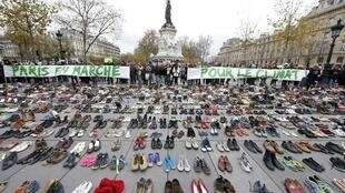 """Faixa instalada na praça da República diz que """"Paris marcha pelo clima""""."""