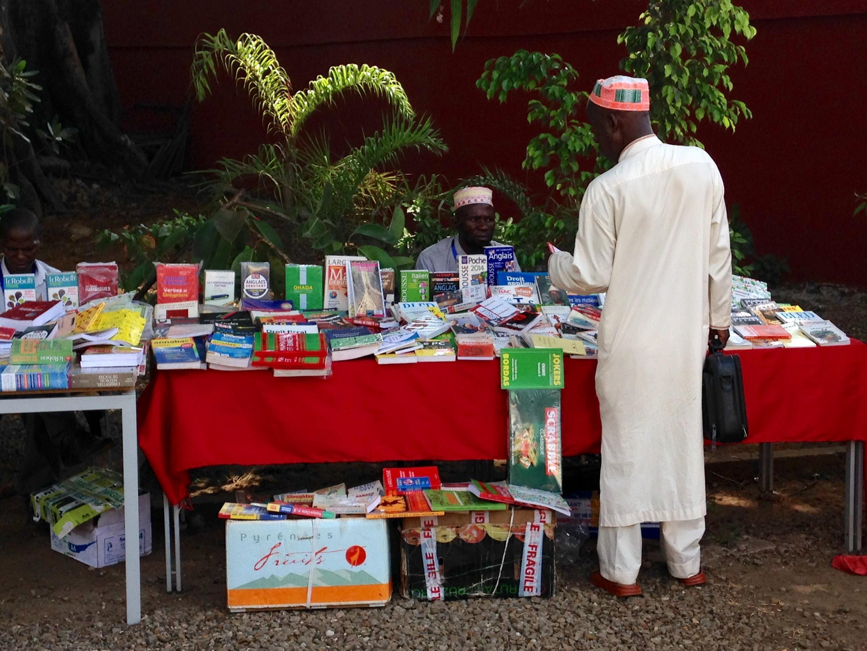 Une vente de livres à Conakry.