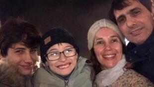 Bernardo (primeiro à esquerda), o irmão Murilo e os pais Karina e Paulo