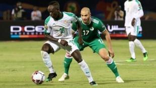 Le Sénégalais Sadio Mané face à l'Algérien Adlene Guedioura.
