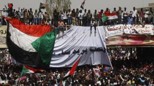 Manifestantes sudaneses en Jartum después de la destitución de Omar Al Bashir, el 11 de abril de 2019