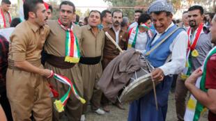 Wasu Kurdawa da ke goyon bayan ballewar yankinsu daga Iraqi.