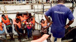 """55 pessoas foram resgatas do naufrágio do """"Amfitriti"""" a 25 de Abril de 2019 ao largo do Príncipe."""