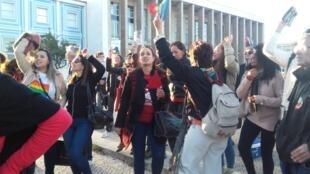 Eleitores se manifestam em frente à Faculdade de Direito da Universidade de Lisboa, onde os brasileiros da capital portuguesa votaram neste 28 de outubro de 2018.