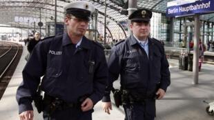 Cảnh sát tuần tra tại nhà ga Berlin, nơi bị đe dọa khủng bố. Ảnh ngày 04/10/2010
