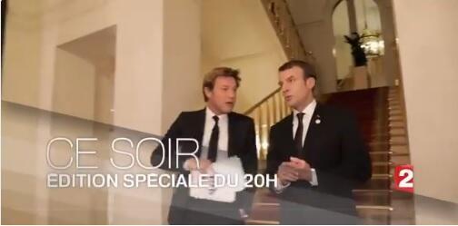Tổng thống Pháp (P) Emmanuel Macron trong buổi nói chuyện truyền hình với phóng viên Laurent Delahousse của France 2 ngày 17/12/2017.