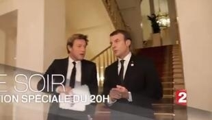 Dans une mise en scène très élaborée, Emmanuel Macron a sillonné le palais de l'Elysée pour expliquer le sens de son action politique.