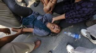 Uma multidão indignada manifestou-se em frente à residência do preliê indiano, Manmohan Singh, em Nova Délhi, pedindo justiça aos estupradoras de uma garota de quatro anos.
