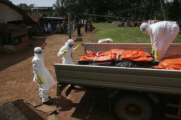 A Monrovia, au Liberia, une équipe ramasse les cadavres des personnes décédées du virus Ebola pour les incinérer.