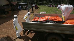 Jami'an kiwon lafiya suna kokarin kawar da gawawwakin mutanen da suka mutu sakamakon Ebola a Liberia