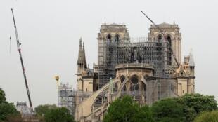 La Cathédrale de Notre-Dame de Paris, le 23 avril 2019, une semaine après l'incendie qui l'a ravagée.