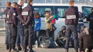 Policiers français autour de migrants interpellés près des côtes de Calais par la gendarmerie maritime alors qu'ils tentaient de traverser la Manche ( Photo d'illustration).