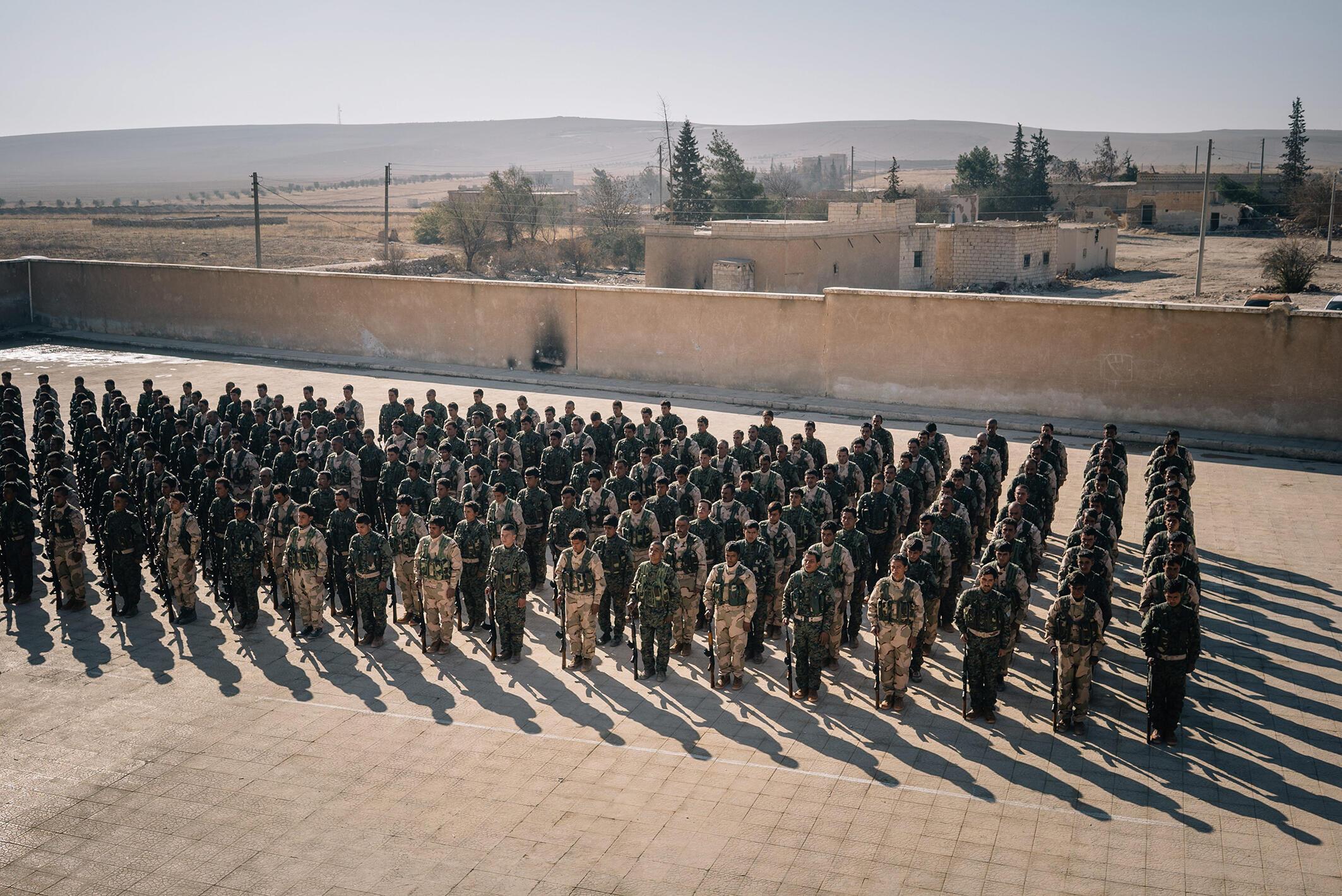 Cerimônia de fim de formação de recrutas treinados por forças americanas em Aleppo.