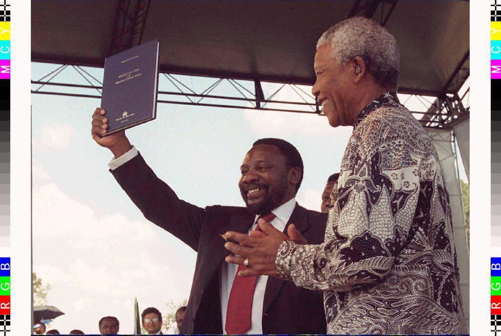 Cyril Ramaphosa et Nelson Mandela brandissent la nouvelle Constitution sud-africaine, le 10 décembre 1996.