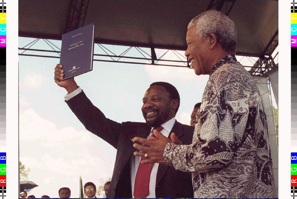 Cyril Ramaphosa na Nelson Mandela wakiwapungia wananchiKatiba mpya ya Afrika Kusini, Desemba 10, 1996.