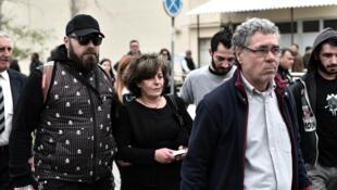 Les parents du mucicien Pavlos Fyssas quittent la cour, lundi 20 avril.