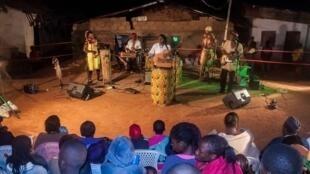 Love N' Live en concert au quartier Mvog Ada à Yaoundé.