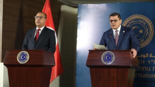 Le Premier ministre tunisien Hichem Mechichi (g) lors d'une conférence de presse avec son homologue libyen Abdel Hamid Dbeibah, à Tripoli, le 22 mai 2021.