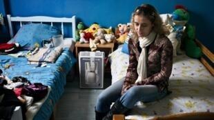 Mélanie, trois enfants, parle de son espoir de s'en sortir grâce à une formation de maçon.