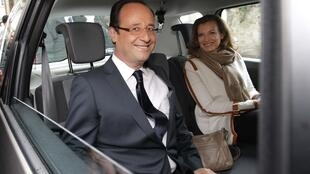O novo presidente da França, o socialista François Hollande, e a nova primeira-dama, Valerie Trierweiler, após votarem neste domingo, em Tulle.