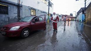 Un Brésilien déguisé en père Noël dans les rues de Sao Paulo, le 20 décembre 2014.