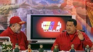 Imagen de archivo del periodista Mario Silva junto a Hugo Chávez en el programa La Hojilla, muy seguido por el fallecido mandatario y especialmente crítico con la oposición.