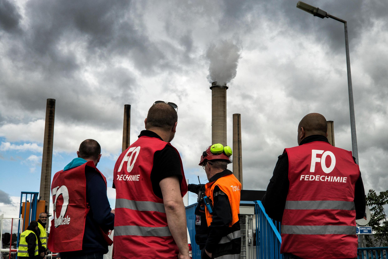 Des travailleurs en grève devant la raffinerie de Total à Feyzin, le 23 mai 2016.
