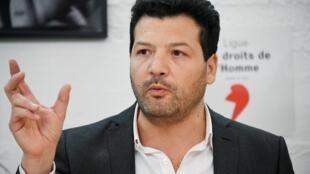 Arié Alimi, est l'avocat de «gilets jaunes». Il est photographié lors d'une conférence de presse, après que Jérôme Rodrigues, l'un des leaders du mouvement, a été touché à l'oeil, le 30 janvier 2019.