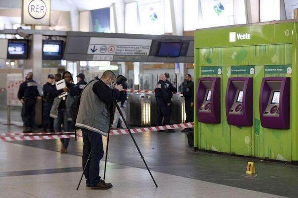 Investigação policial na estação de trem de La Defense, local em que um militar francês foi atacado no sábado, 25 de maio.