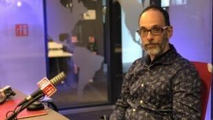 O coreógrafo Frederico Paredes nos estúdios da RFI, em Paris.