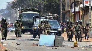 Des militaires guinéens patrouillent dans une rue de Conakry lors du double scrutin du 22 mars 2020.