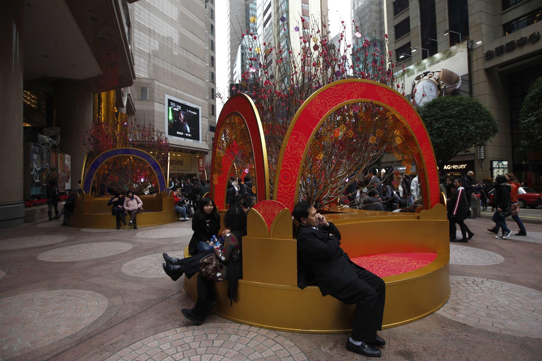 资料图片:香港时代广场上购物的大陆游客。图片摄于2012年2月3日